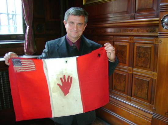 Henri Goybet et le drapeau de Mariano Goybet : Film The Red Hand Flag  New York