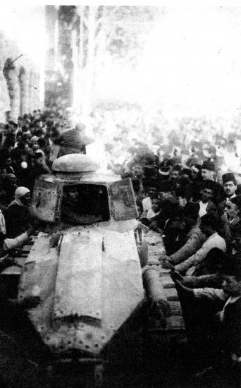 Damas la foule autour des chars d assaut